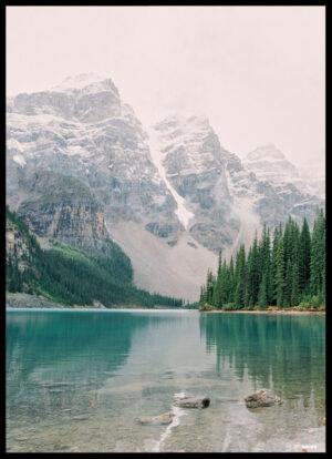 Søen ved bjergene plakat